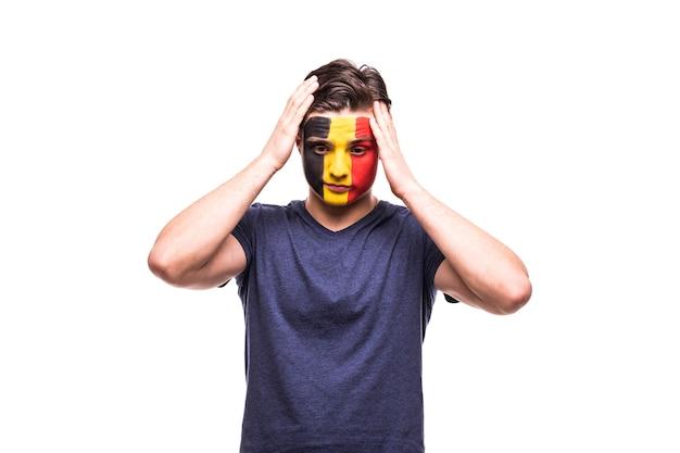 Расстроенная поддержка болельщиков сборной бельгии с раскрашенным лицом на белом фоне