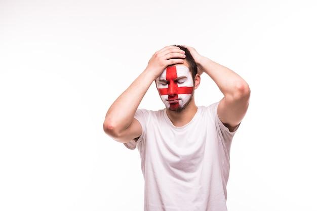 Расстроенная поддержка болельщиков сборной англии с раскрашенным лицом на белом фоне
