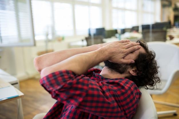 オフィスで動揺男性のグラフィックデザイナー