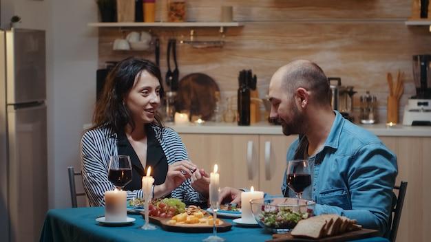ロマンチックなディナー中に妊娠のニュースのために動揺した男、妊娠中のガールフレンドの不幸な神経質な怒っている男は、妻の失望した女性が恐れている、望まない赤ちゃん、肯定的な結果に不満を持って戦っている