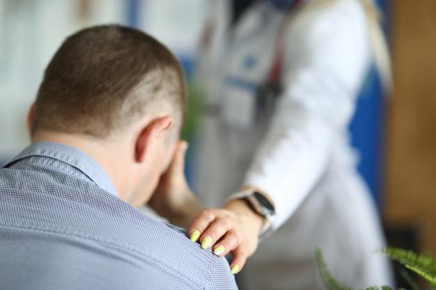 クリニックでの診察で座っている動揺の男