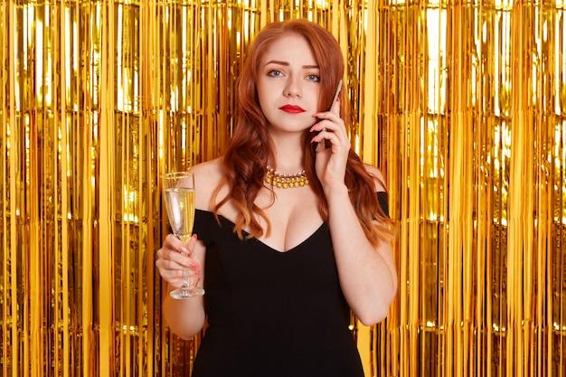 電話で話している動揺した赤毛の女性