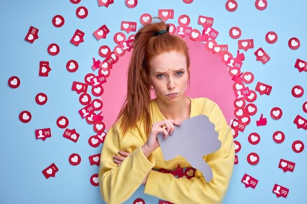 手に嫌悪感を抱き、悲しい表情をして、好きな人の間に立つ動揺した赤毛の女性