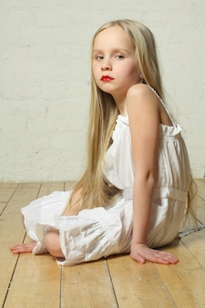 Расстроенный, грустный, скучающий - маленькая девочка, эмоции
