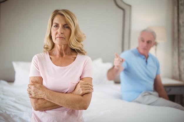 寝室で主張して動揺の年配のカップル