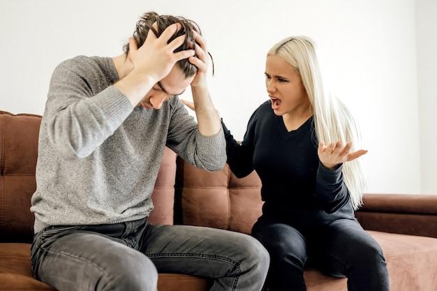 Расстроенный вдумчивый муж думает о проблемах в отношениях с женой