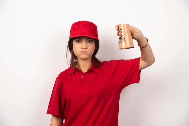 빈 컵을 들고 빨간 제복을 입은 화가 여자