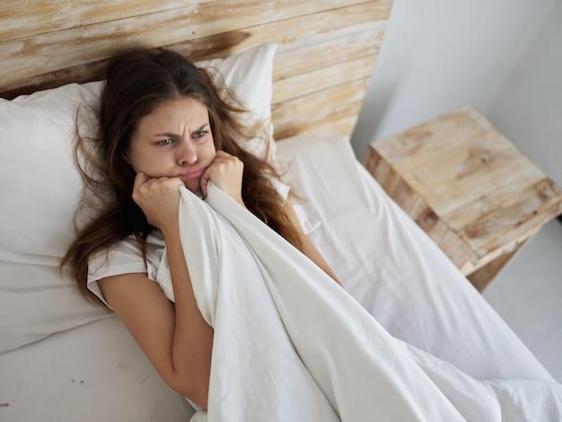 차가운 불만 침대에 누워 화가 여자