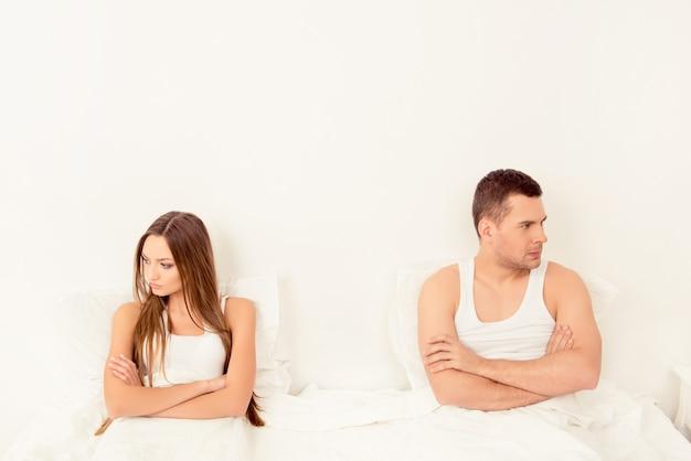 Расстроенная молодая пара, имеющая семейные проблемы или разногласия в постели