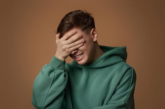 スウェットシャツで動揺した若い男は何かを忘れたか、間違いを犯した