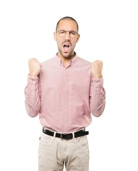 Расстроенный молодой человек делает конкурсный жест