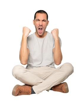 Расстроенный молодой человек делает жест соревнования