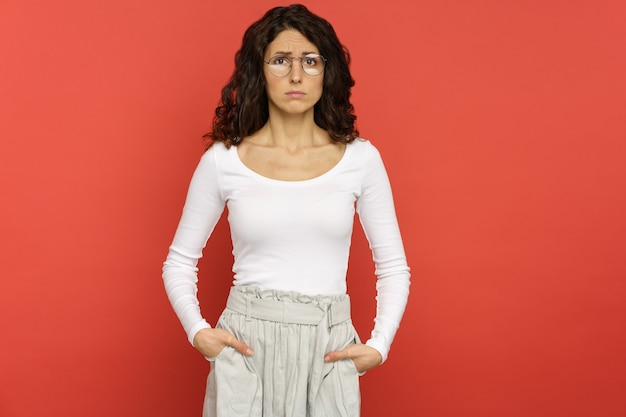 Расстроенная молодая женщина в очках с проблемой на работе, подавленная кризисом отношений, собирается плакать