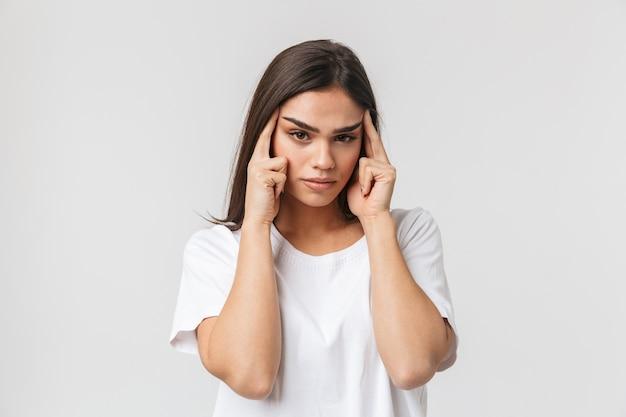 흰색 절연 두통으로 고통을 화가 젊은 여자
