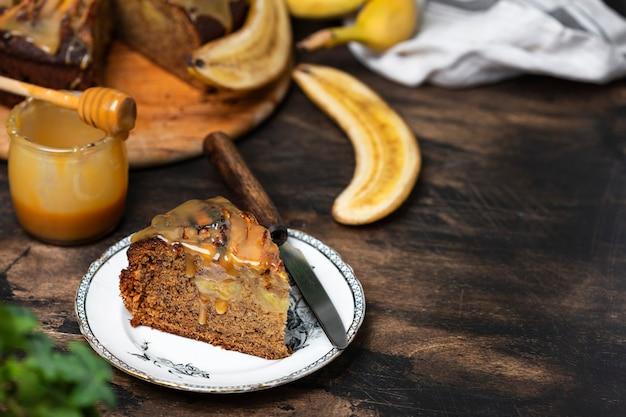 木製のテーブルにキャラメルと逆さまのバナナケーキ