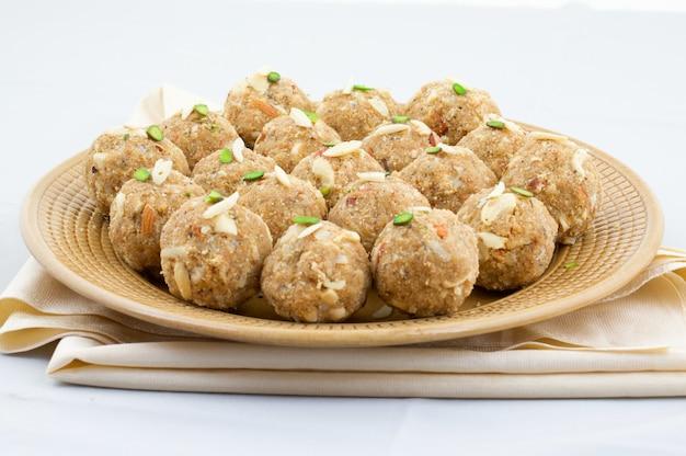 インドの伝統的な甘い食べ物urad dal laddu
