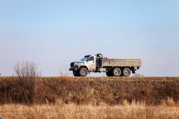 Урал next - новый российский внедорожник 6х6 на дороге осенью
