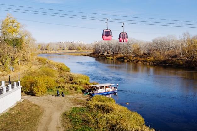 ウラル川オレンブルクロシア川岸近くのケーブルカーと遊覧船