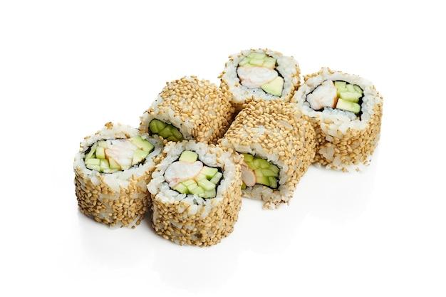 Урамаки суши ролл калифорния в кунжуте с креветками, авокадо и огурцом. классическая японская кухня. доставка еды. изолированные на белом.