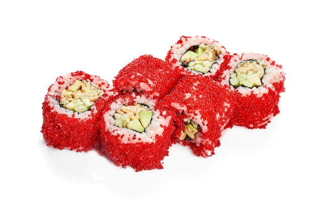 Урамаки суши ролл калифорния в икре тобико с угрем, авокадо и огурцом. классическая японская кухня. доставка еды. изолированные на белом.