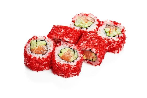 Урамаки суши калифорнийский ролл в икре тобико с лососем, авокадо и огурцом. классическая японская кухня. доставка еды. изолированные на белом.
