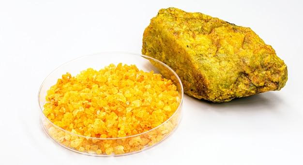 우라늄 광석, 격리 된 흰색 배경에 방사성 물질과 우라 닐이라는 질산 우라늄