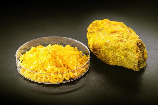 硝酸ウラニルまたはウランは、写真や肥料に使用される黄色の水溶性ウラン塩です。