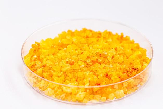 硝酸ウラニルまたはウランは黄色の水溶性ウラン塩です。