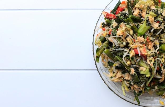 Урап сайур - традиционный индонезийский салат. это отварные овощи с острым тертым кокосом, обжаренным на терке. может быть подан в составе обеденного меню. подходит для меню ифтара и сахура.
