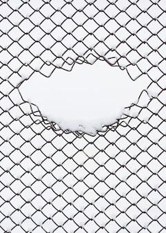 Городская абстракция с геометрическим рисунком. забор из металлической проволоки. зимний фон для дизайна с копией пространства