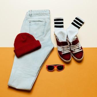 アーバンアクティブスタイル。服のジーンズ、キャップ、靴