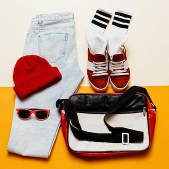アーバンアクティブスタイルセット。服のジーンズ、キャップ、靴のバッグ