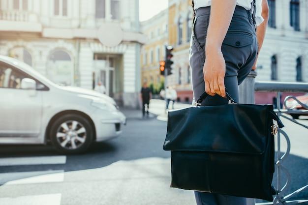 Городской насыщенный образ жизни. пешеходная улица города. офисный работник, идущий на свое рабочее место. копировать космическую концепцию