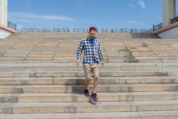 Городская концепция, молодой человек шел по лестнице в городе