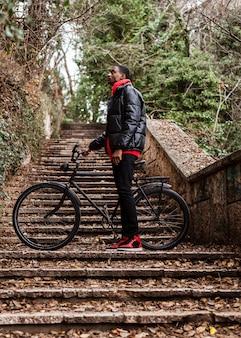 Ciclista urbano nel parco