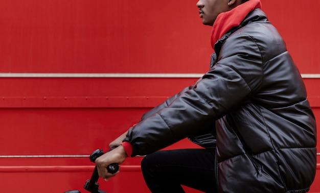 Ciclista urbano in sella alla sua bici
