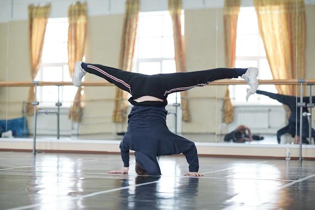 Городская танцовщица делает стойку на голове