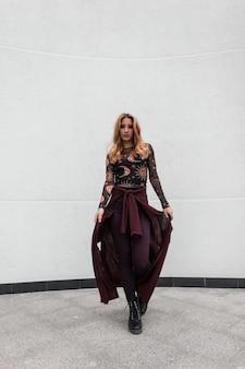 포즈 신발 유행 무늬 블라우스에 보라색 케이프와 빈티지 바지에 도시 유럽 귀여운 젊은 여자