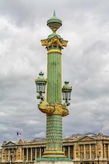 パリの街の都会的な家具、街灯のある装飾的な柱。