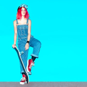 スケートボードのアーバンガールファンシーピンクのヘアスタイル