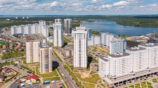 ミンスクの川岸の都市景観