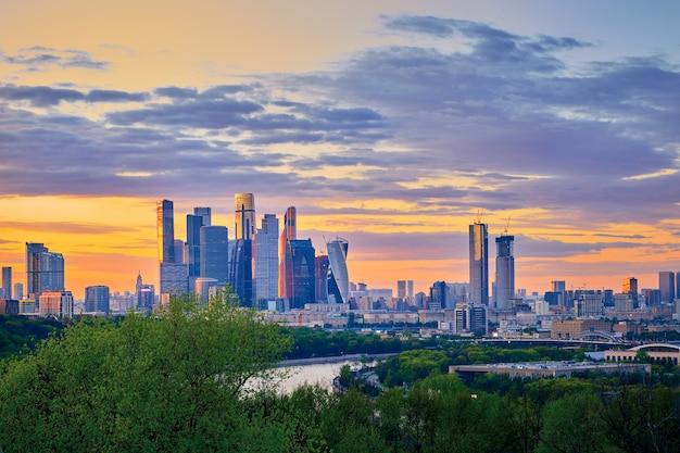 일몰에 고층 건물이 있는 모스크바 시내 비즈니스 센터가 있는 모스크바의 도시 풍경 파노라마. 모스크바. 러시아.