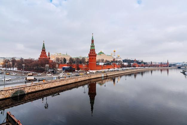 クレムリンの壁とモスクワ川の景色を望む都市景観