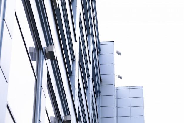 空に対して都市の金属の建物のファサード