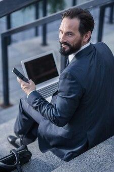 都市の考え方。現代のデバイスを屋外で使用する陽気なプロのバスマン
