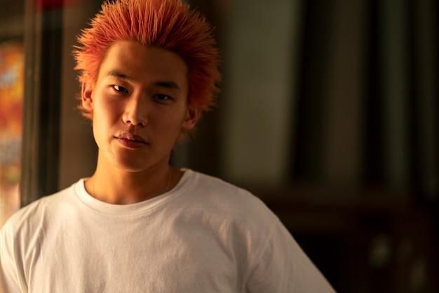 주황색 머리를 가진 젊은 남자의 도시 초상화