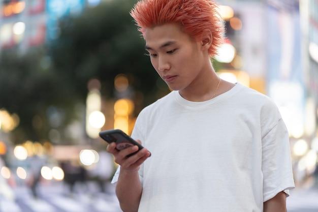 Ritratto urbano di giovane uomo allo zenzero