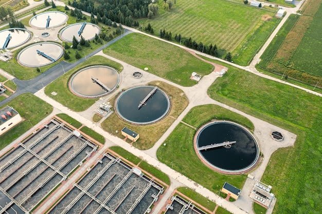 Очистка воды городских рек, фильтрация и очистка воды, вид сверху на очистные сооружения