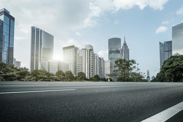Городская дорога и современная архитектура