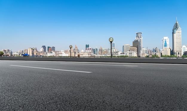 Городская дорога и горизонт шанхая бунд
